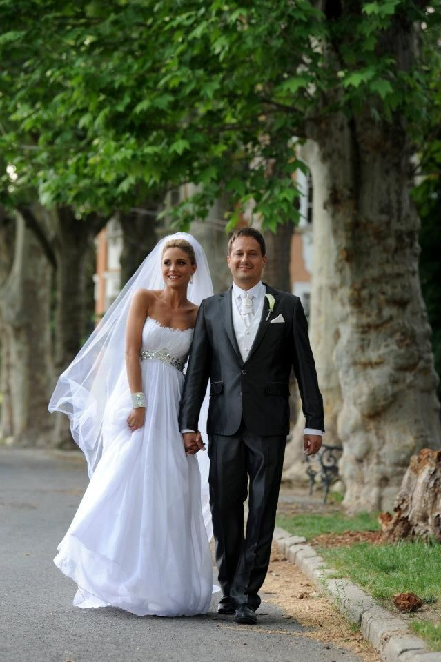 Edina Balogh (actress) chose a wonderful Makány Márta gown for her wedding.