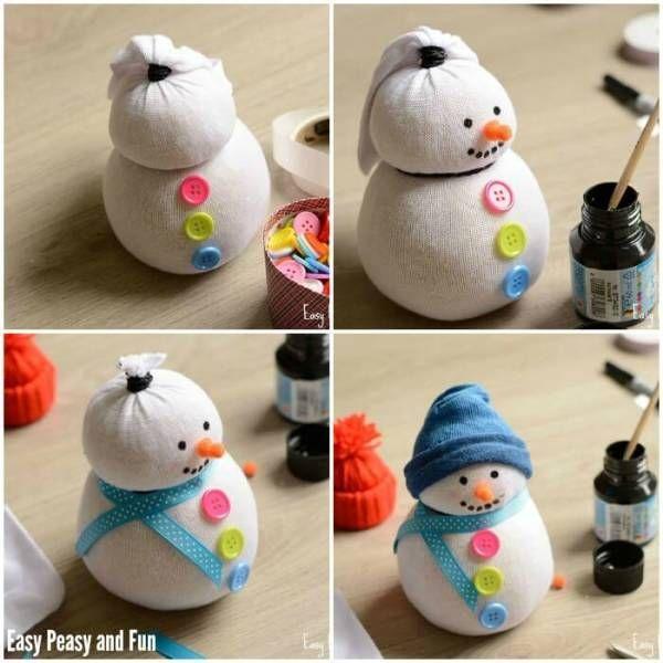 DIY Bastelideen für Weihnachtsbasteln mit Kindern, Schneemann basteln-Knöpfe und Dekoband and den Socken anbringen