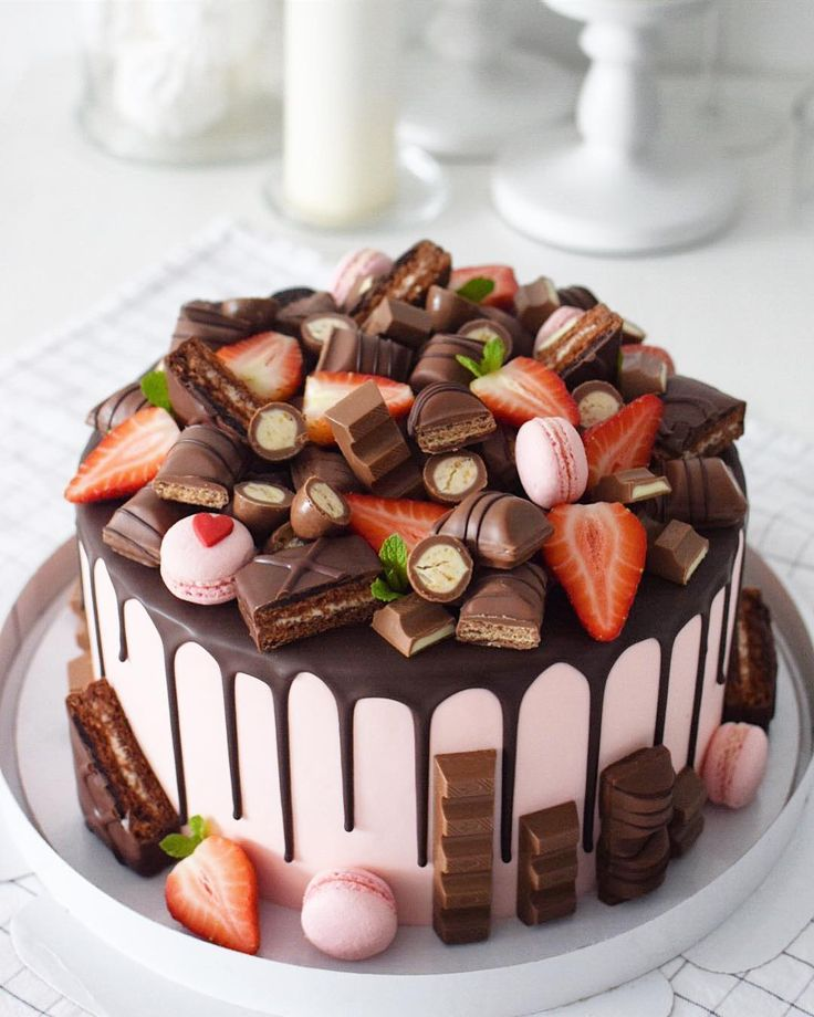 как украсить торт конфетами и печеньем фото место