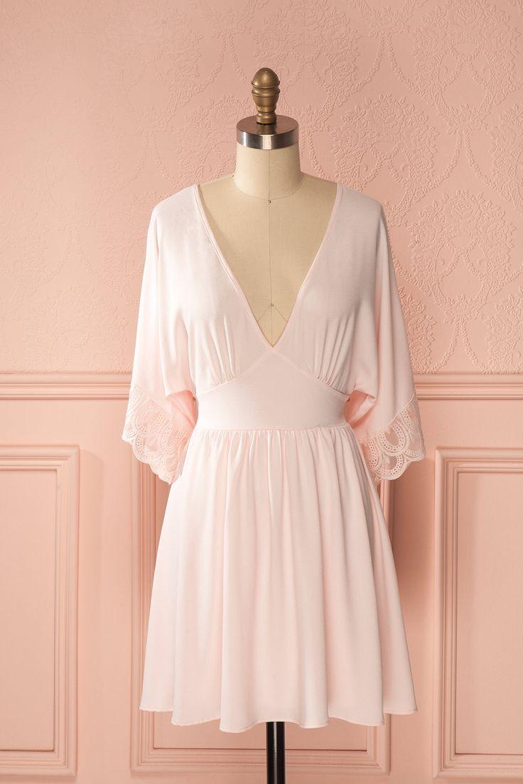 Robe rose clair décolleté demi-manche bordure dentelle - Lace trimmed half-sleeve light pink low-cut dress