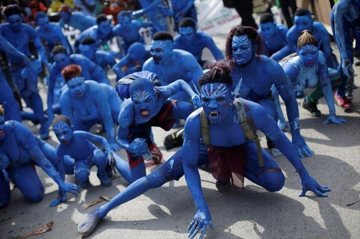 Καρναβαλιστές με κοστούμια εμπνευσμένα από την ταινία «Άβαταρ» συμμετέχουν σε παρέλαση στην περιοχή Jacmel της Αϊτής.