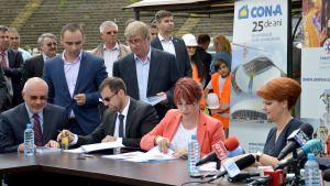 Forfotă mare sâmbătă, 16 mai, pe stadionul Ion Oblemenco din Craiova. Lume multă pe gazon, îmbrăcaţi la patru ace şi aşteptând înfriguraţi să ajungă premierul Victor Ponta alături de primarul Lia Olguţa Vasilescu. Reprezentanţii constructorului, ai CNI, ai Guvernului, directori de instituţii locale, câţiva dintre fostele glorii ale Craiovei Maxima, jurnalişti, toţi au asistat la […]