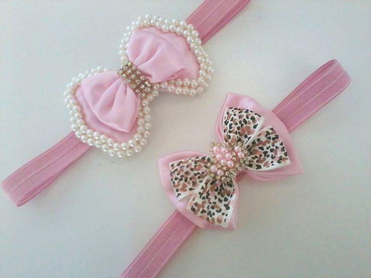 Faixa de laço bordado com perolas, no elástico rosa.  Faixa de laço de cetim com coroa de perolas e estras.  VALOR REFERE-SE A UNIDADE