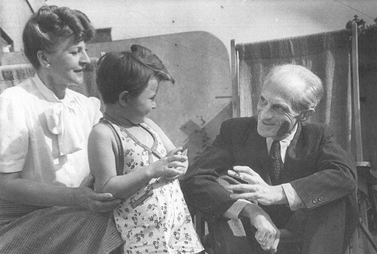 Julian Tuwim z żoną Stefanią i córką Ewą; rok 1947