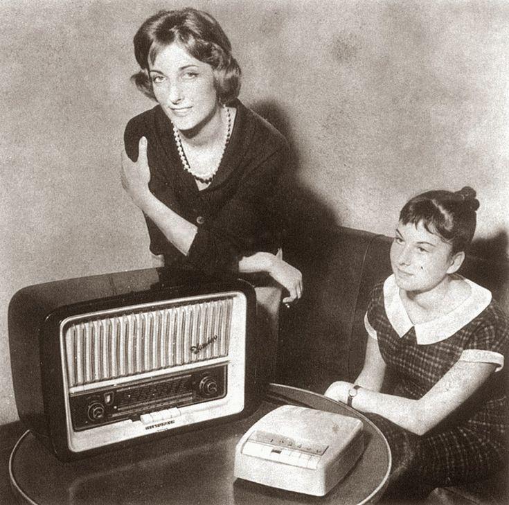 """In Italia la trasmissione via Filodiffusione fu inaugurata il  1-12- 1958 dalla RAI, e le trasmissioni vere e proprie iniziarono il 4 gennaio 1959, quando la copertura radiofonica via etere non era capillare e la qualità del suono, trasmesso in AM  La trasmissione di un segnale in onda lunga via cavo """"a frequenze portanti"""" garantiva un suono limpido, una larghezza di banda di 15 kHz, e una diffusione su tutto il territorio che includeva tutti i capoluoghi di provincia di allora."""