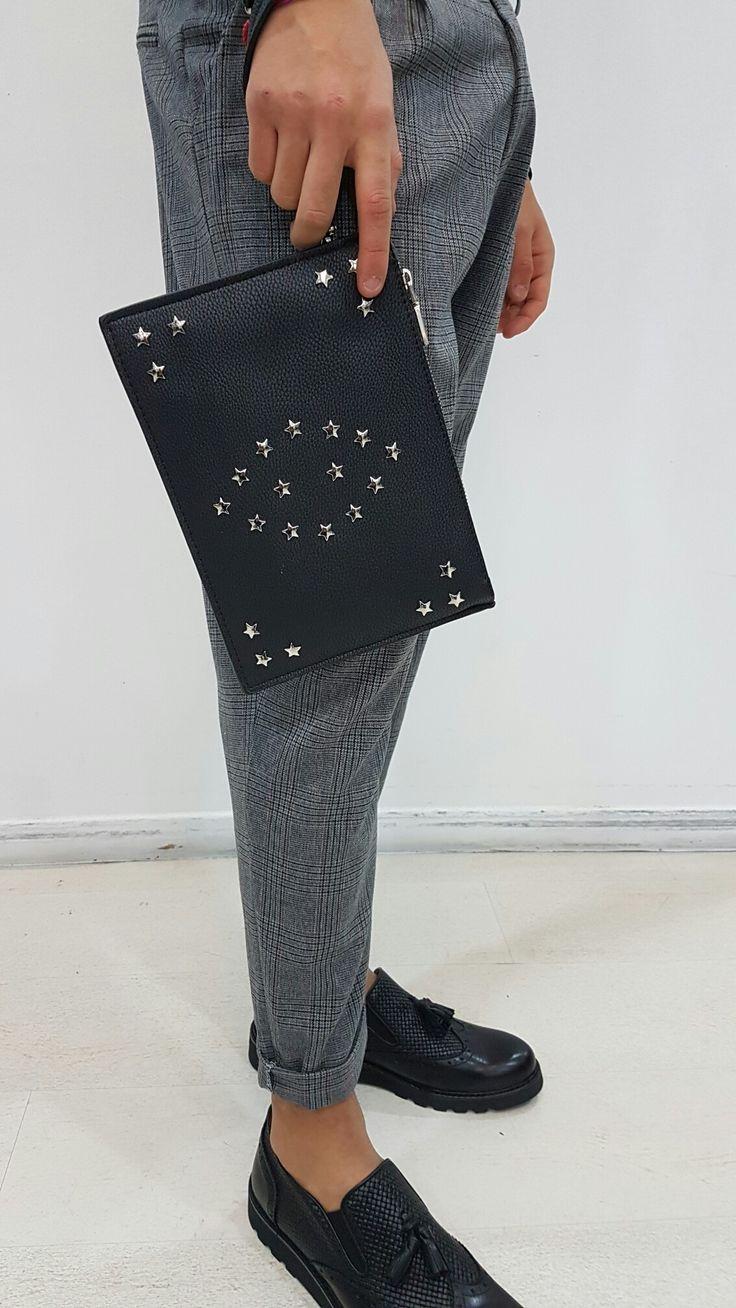 Poschette borchie  Pantalone pence a quadri ,francesina con nappine