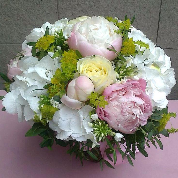 Летний букет из нежно-розовых пионов, гортензии, флоксов, садовых роз и зелени буплерума.