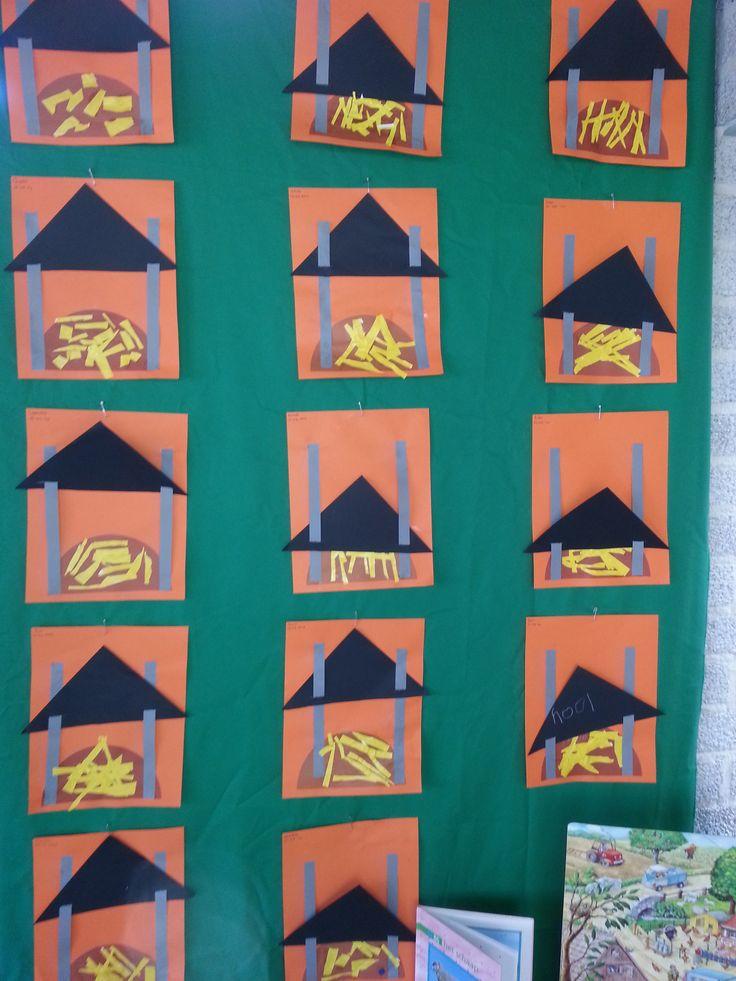 Hooiberg: vouwblaadje schuine vouw en over de schuine vouw knippen. Reepjes papier knippen als hooi. Het dak van de hooiberg kun je omhoog en omlaag schuiven door de vlechtstroken door het dak te schuiven.