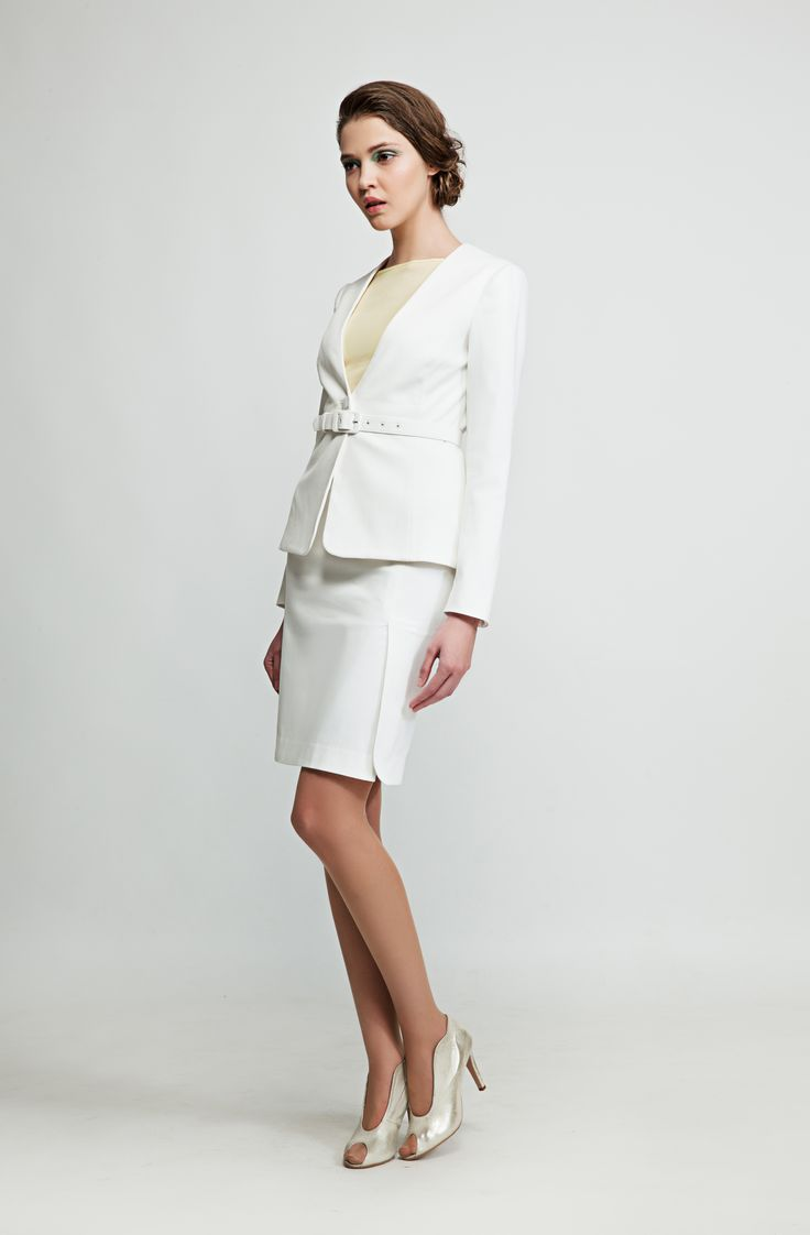 Simple yet elegant, this white blazer is made out of stretch pique cotton and goes well with dresses, skirts and pants. www.marimofashion.com