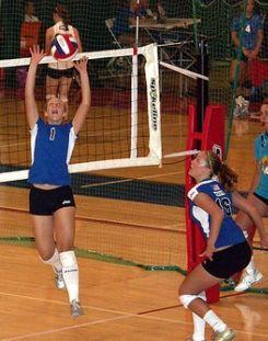 Colocación: Acostumase a que un xogar (o colocador) esté especializado neste toque no que utiliza o toque de dedos para proporcionar ao rematador un balón alto e en boa posición para rematar.