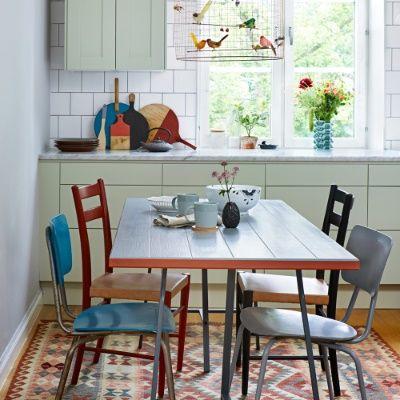 Köksbord och stolar målad i olika färger gör matplatsen mer inbjudande.