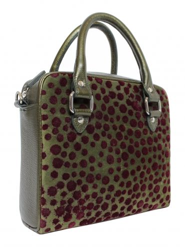 Extremely original grain leather handbag in bottled color. Front pouch is maroon spots. Bag suspended from a leather belt ended snap hooks, which can be removed. From the inside it is decorated with satin lining in the period. Inside find a large pocket. Each original handbag GOSHICO id is in the middle of the tab with our logo.  PRICE: 261.44 € http://goshico.com/skorzana-torebka-z-odpinanym-paskiem.html
