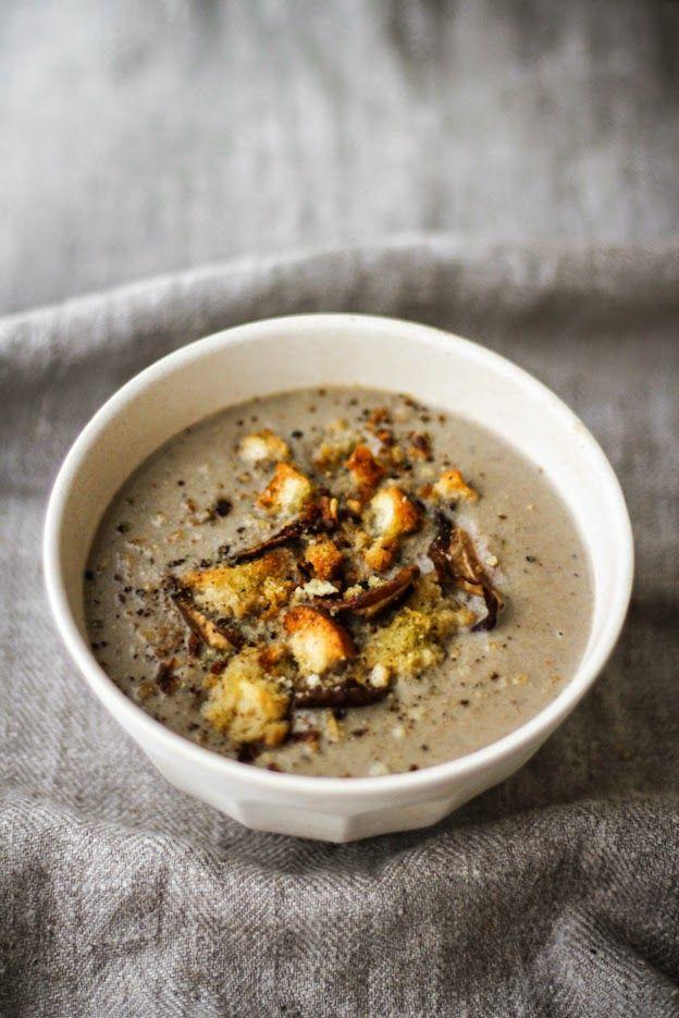 Vellutata di funghi con porcini, cannellini, panna acida e briciole croccanti al profumo d'aglio