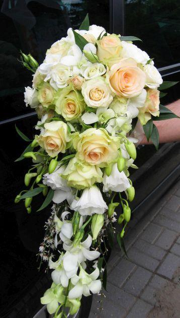 Leomló menyasszonyi csokor pasztellszínű rózsából. Csodás látvány volt élőben!