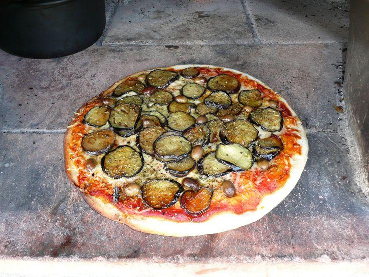 Savoir préparer une véritable pâte à pizza napolitaine, que vous allez garnir de façon traditionnelle, vert-blanc-rouge du drapeau italien pour la margherita tomate fromage basilic. Mais vous pouvez aussi laisser libre cours à vos envies, jambon, champignon, aubergines, artichauts etc ...