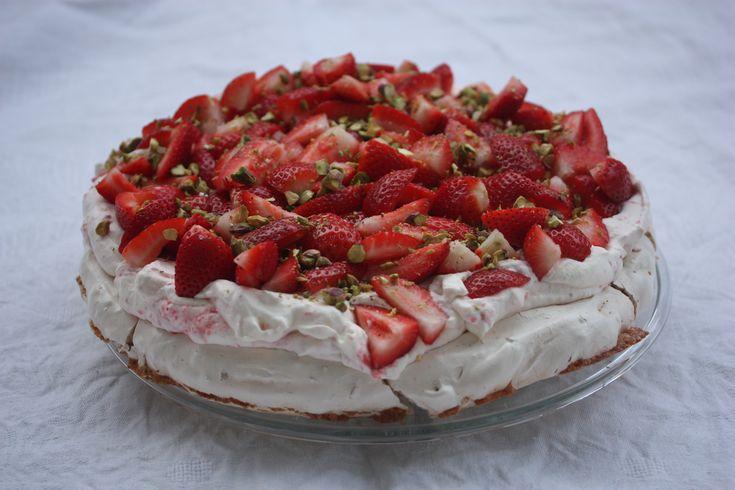 Pistasjpavlova med hvit sjokolade og jordbærkrem