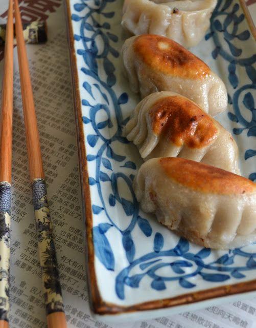 Gebakken en gestoomde dumplings met een vulling van gehakt, koolrabi en wortel.