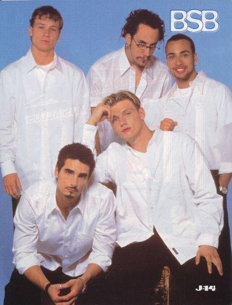 """Que não há nada mais versátil do que uma camisa branca clássica. Se estiver abotoada, ela diz: """"Somos apenas caras legais""""..."""