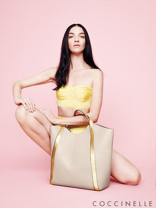 XXL-Bag mit Details in Gold von Coccinelle #Coccinelle #Damen #Accessoires #Handtasche #Gold