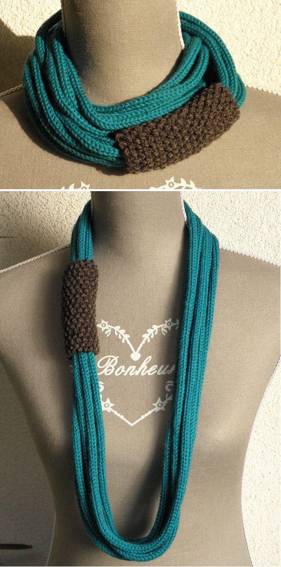 """Collier-écharpe fait de plusieurs gros tricotins maintenus par un tube tricoté au point de riz. A porter comme un """"sautoir"""" ou enroulé comme une écharpe et en faire un collier court."""
