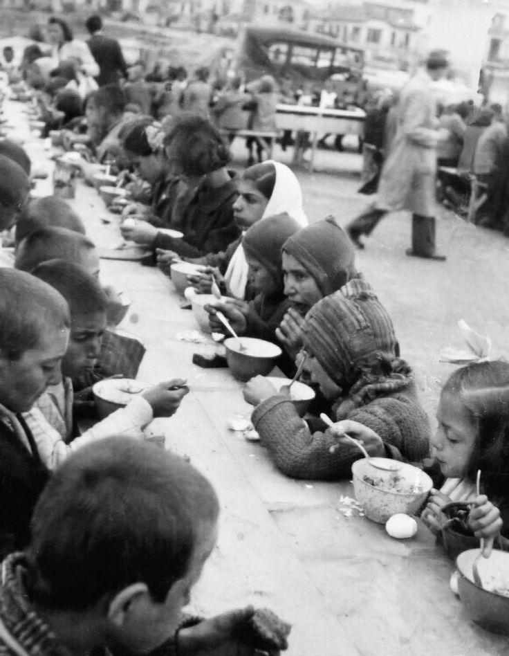 Παιδιά σε συσσίτιο του Ιστιοπλοϊκού Ομίλου Θεσσαλονίκης κατά την περίοδο της Γερμανικής κατοχής