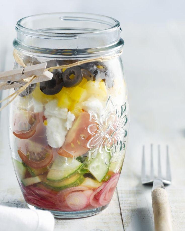 Hou je van Griekse salade, de klassieker met veel rauwe groentjes en fetakaas? Dan moet je zeker deze originele versie eens meenemen als lunch of picknick.