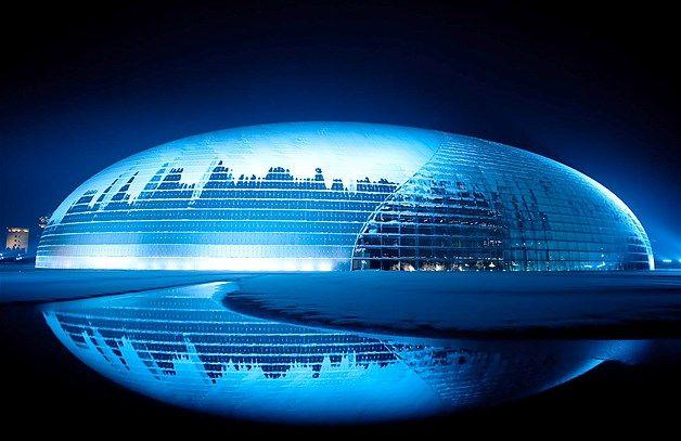 005 - El Centro Nacional para las Artes Escénicas se ve cubierto de nieve en Beijing.