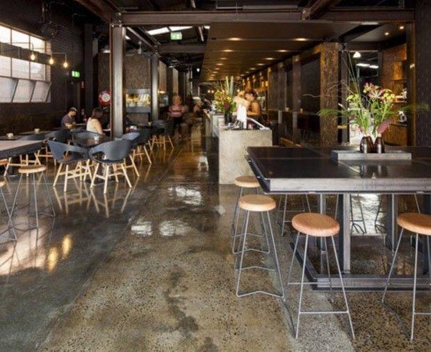 La tendenza alla conversione degli edifici industriali non si placa. L'ultima novità viene da Melbourne, dove lo studio Zwei ha trasformato due magazzini in un moderno café con torrefazione industriale: Code Black.
