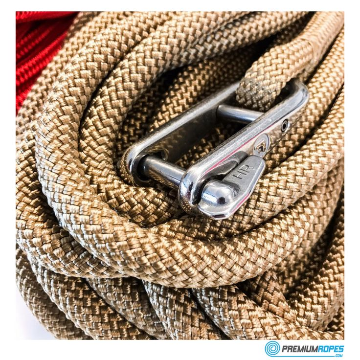 Rope for classic sailing yacht with Wichard shackle spliced to it #premiumropes #splicing #premium #dyneema #ropes #classic #yacht #boat #sailingboat #eyesplice #wichard #halyard #halyards #shackle