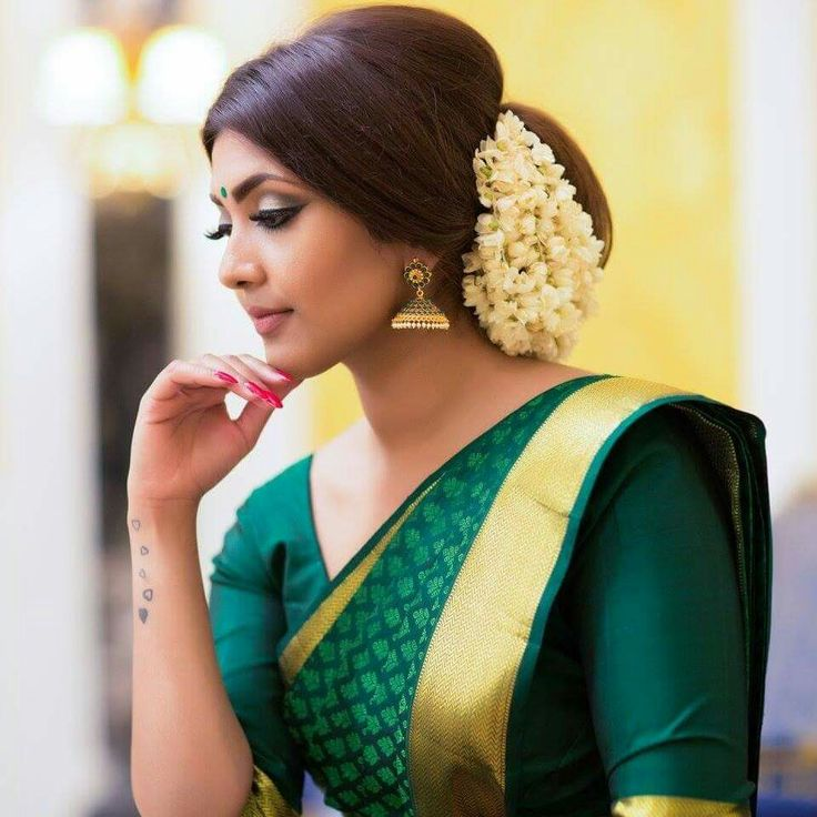 Hindu Bridal Hairstyles 14 Safe Hairdos For The Modern: What A Beautiful Large Low Bun With Real Flower Gajra