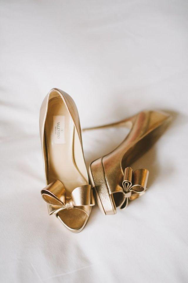 Deze gouden bruidsschoenen met strikjes zijn a-ma-zing! #valentino #pumps #goud #trouwen #bruiloft #inspiratie #wedding #shoes #gold #inspiration Themakleur goud op je bruiloft | ThePerfectWedding.nl | Fotocredit: Mango Studios