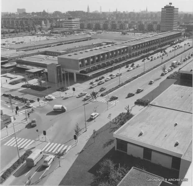Zonnelaan met links winkelcentrum Paddepoel in 1975