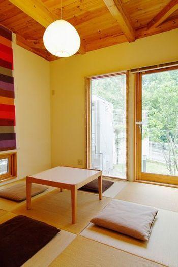北欧インテリアを取り入れることによって、和室に新しい風を入れてくれます。カーテンの代わりのシェードや照明を北欧スタイルに変えるだけで、おしゃれ度も心地よさ度も一気にアップします。