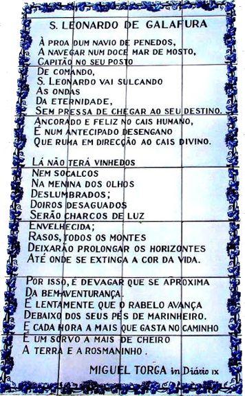 """Painel de azulejos na parede traseira da capela de São Leonardo de Galafura, um dos locais predilectos de Miguel Torga para observar, admirar e inspirar-se no rio Douro. O painel reproduz o poema """"São Leonardo de Galafura"""" publicado no """"Diário IX""""."""