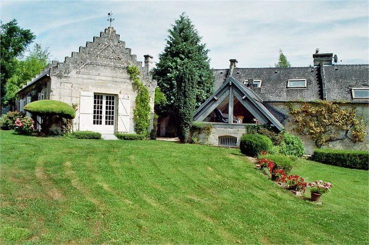 Maison de caractère à vendre chez Capifrance à Crépy en Valois.     Sublime propriété de charme de 280 m² habitables composée de 10 pièces dont 5 chambres et d'un magnifique terrain de 2850 m².    Plus d'infos > Mélanie Benouchene, conseillère immobilier Capifrance.