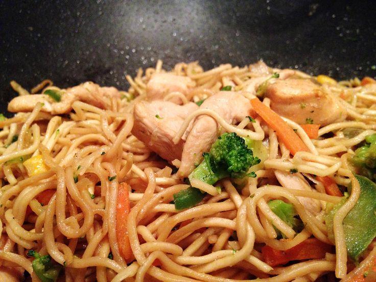 Wok de nouilles chinoises aux légumes et poulet, sauce soja et gingembre. Ingrédients pour 4 personnes300g de nouilles chinoises aux oeufs100g de légumes crus (brocolis, carottes, oignons, poivrons)4 filets de blancs de pouletviandoxsauce sojagingembre e