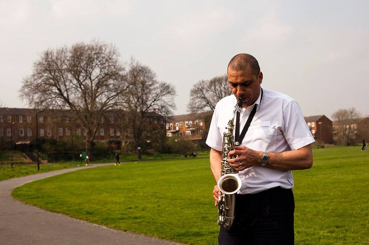 London - Homerton  Un sassofonista solitario nel mezzo del parco di Homerton è sempre una bella scena che vale la pena provare a fotografare, sopratutto se c'è una bella luce come quella che si vede dalla foto. #homerton #londonpeople #londonlife #londonphotographer #picoftheday #photooftheday #istaphoto #istamood #travellingphoto #traveller #green #greenmind #saxophone #alone #art #park #musically #music #musician #sound #documentaryphoto #alessandroceccarelliphoto #myart