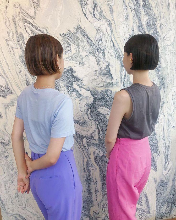ayako yanagi lila27はinstagramを利用しています 久々に来た スタイリストの塚ちゃん 同じ後ろ姿で カラフルパンツ 流石友達 カラフルパンツ ミニボブ イヤカフは塚ちゃんの真似っこ 笑った 双子