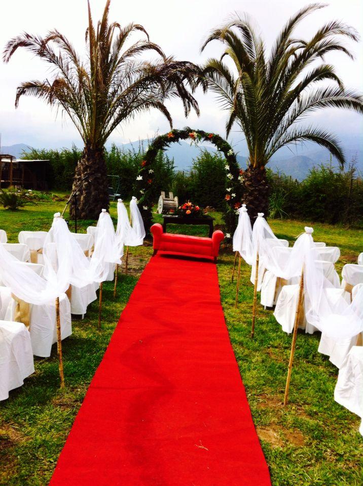 Altar, sillas funda blanca y lazos arpillera, sitial rojo para novios #parcelamiraflores