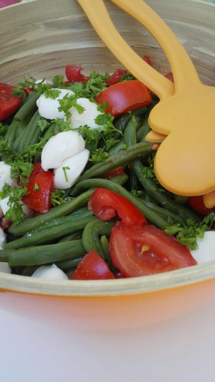 Gezonde salade met bonen, tomaat en mozarella