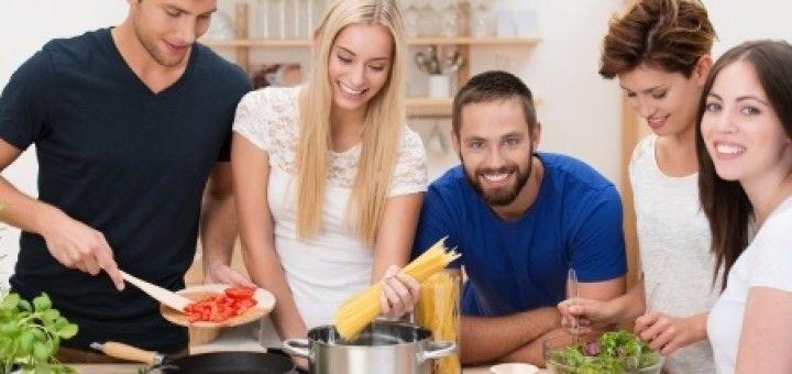 Gătește, după orele petrecute la servici sau în weekend, alături de prietenii tăi și vei avea parte de noi experiențe iar timpul petrecut în bucătărie va fi mult mai plăcut și mai relaxant. Poți crea seri tematice alături de aceștia în funcție de specificul rețetelor alese.