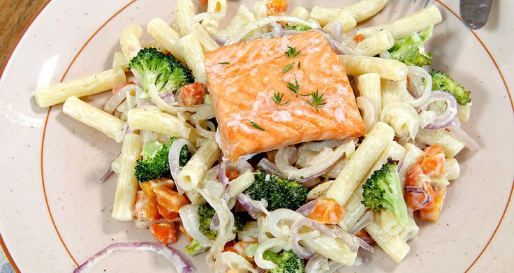 Laks med pasta og grønnsaker