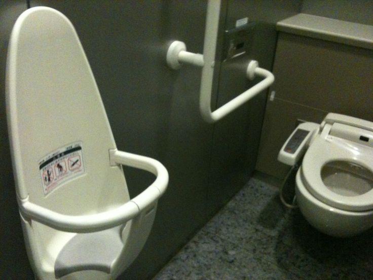 In ogni bagno a Tokyo c'è il seggiolino per i bimbi, che civiltà