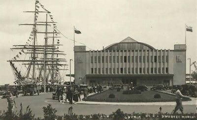 """3 września 1935 roku, o godzinie 11:00, Gdynia przy Dworcu Morskim uroczyście witała """"Dar Pomorza"""" wracający z pionierskiej podróży."""