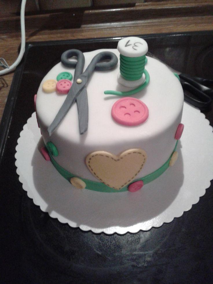 """4) Die schönste Motivtorte von Daniela Gebhardt """"Diese Torte habe ich letzte Woche für meine Freundin gemacht zum Geburtstag. Sie ist eine leidenschaftliche Hobby schneiderin Und ich glaube das Innenleben kannst du gut erkennen Mohnkuchen mit kirsch buttercreme nach deinen Rezepten"""""""