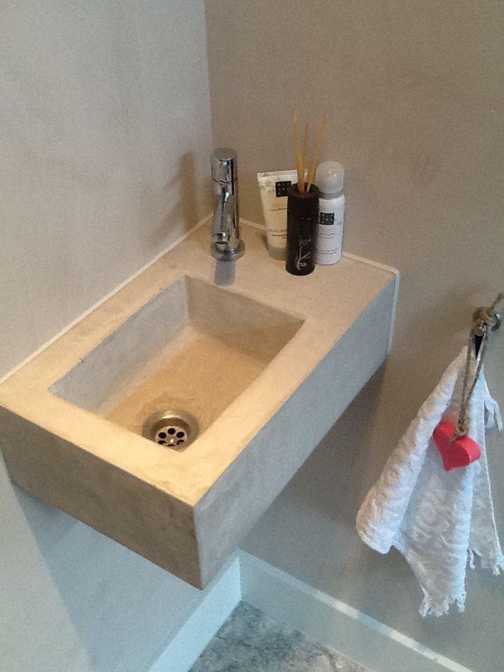 Project in de Kwakel; betonnen wasbak in toiletruimte.