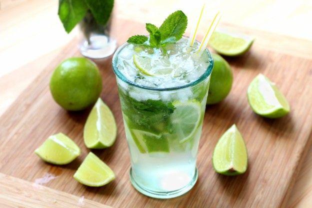Comment faire un vrai mojito: Pour chaque verre  6 à 8 feuilles de menthe 1 demi citron vert 10 glaçons 2 cl de sirop de sucre de canne 4 cl de rhum blanc un peu d'eau gazeuse