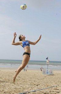 Conseils pour jouer au beach volley - Le beach volley, sport de plage - Sur un sol aussi mouvant que le sable, les chevilles peuvent facilement se tordre. De la simple foulure à l'entorse d'un genou ou à la rupture d'un ligament, il n'y a qu'un pas...
