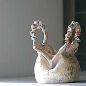 Купить или заказать Керамическая ваза' сумочка' в интернет-магазине на Ярмарке Мастеров. Керамическая ваза -сумочка, ручной работы, подойдет для небольшого букетика цветов и уютно разместиться на вашем столике. Работа выполнена из фаянса, два высокотемпературных обжига , внутри покрыты бесцветной глазурью. Работа продана.