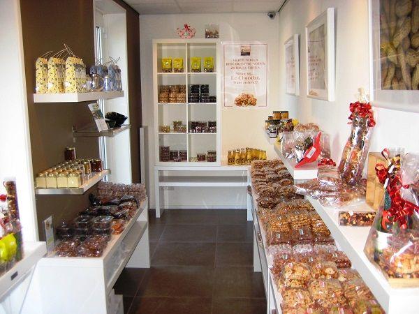 Ondernemer in het zonnetje: Le Chocolat in Doorn In de prachtige omgeving vind u midden in Doorn de winkel Le Chocolat. Zoals de naam doet vermoeden vindt u hier een uitgebreid assortiment aan bonbons, repen, maar ook thee, noten en andere zalige delicatessen om van het leven te genieten. Ook de beroemde Skitaart in 1978 uitgevonden door Banketbakker Ruud van Oort is hier te verkrijgen. https://www.bommelsconserven.nl/verkooppunten_bommels_conserven/chocoladewinkel_le_chocolat_in_doorn.html